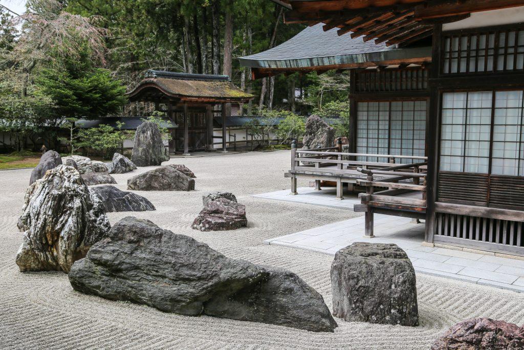 Traditioneller japanischer Zen-Garten mit Steinen