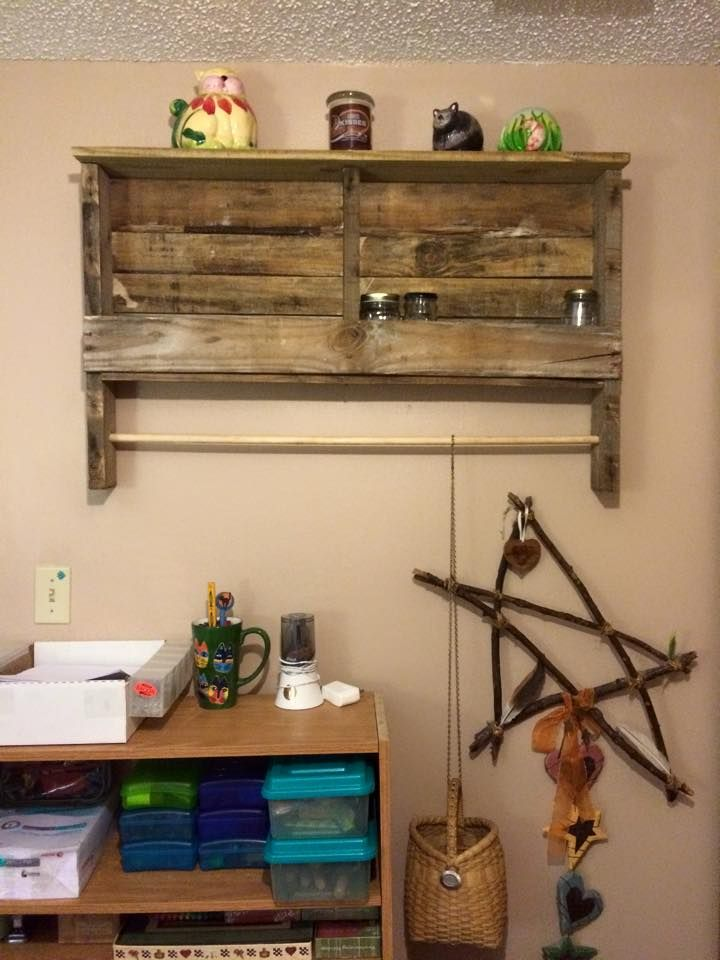 DIY rustic pallet shelf