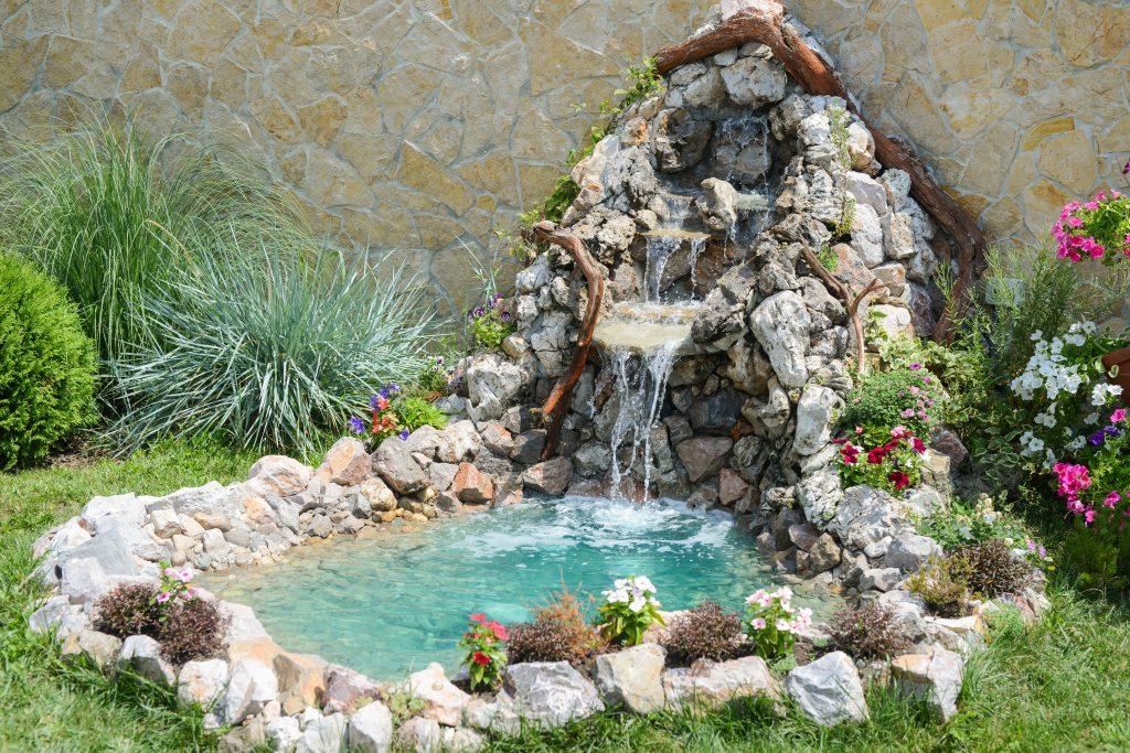 Schöner Teich im Garten