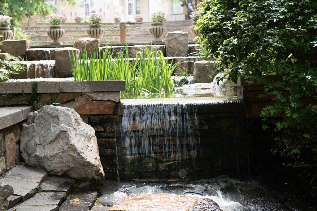 Wasserfall im japanischen Garten