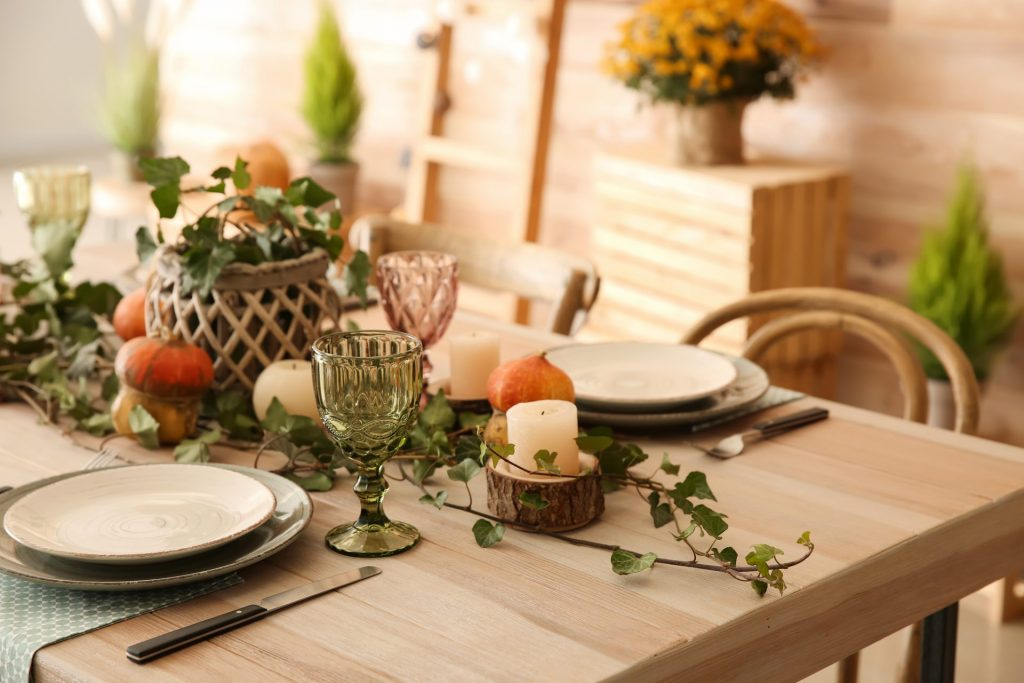 Green-and-white-table-setting-1920x1280