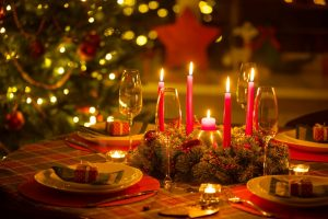 10 Creative & Affordable Christmas Table Decorations